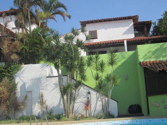 Buzios Arambare Hotel: Vista dos quartos através da piscina