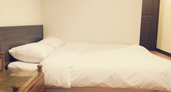 Shihlin Yiping: clean and white bedding