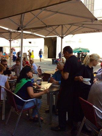 Restaurante Papitu: The rudest wait person ever …man in black shirt