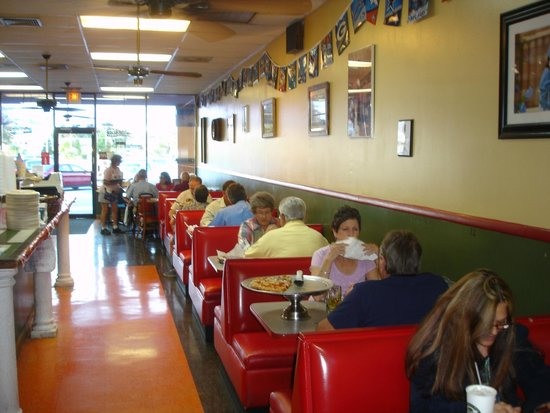 Mount Dora Pizza and Subs: Nuttin' Fancy Here..... just Great Service & Food
