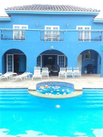 Coral Sea Villas: Picture of the back patio and pool