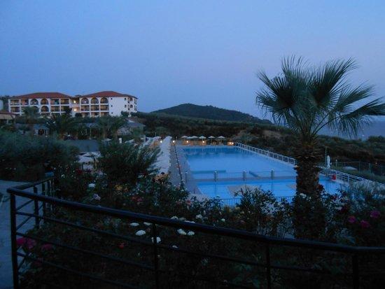 Akrathos Beach Hotel: widok na basen