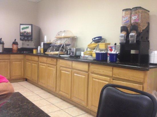 Days Inn Kissimmee FL: Having breakfast at Days Inn Kissimme