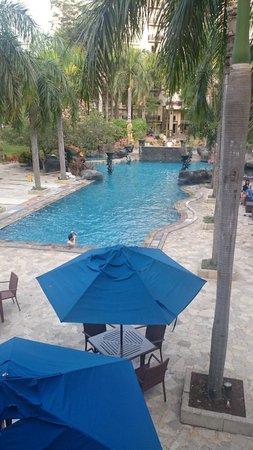 Novotel Surabaya Hotel and Suites: View Swimming Pool