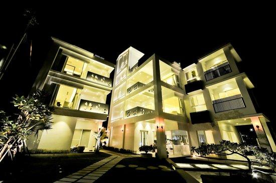 Bai Shuei Mu Inn: 夜晚外觀