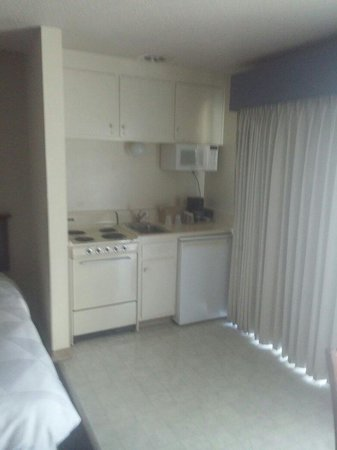 Coral Reef Inn & Suites: Small kitchen area