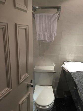Hilton London Euston: small bathroom