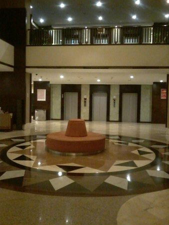 Mercure Convention Center: Lobby saat malam hari...silent and comfy