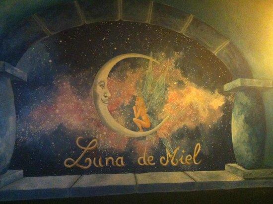 Luna de Miel: Fantasy decorations include this...