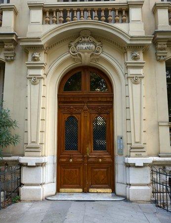 Hotel Victor Hugo Nice: Front door