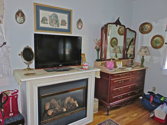 Armistead Cottage: Bedroom fireplace,TV and vanity