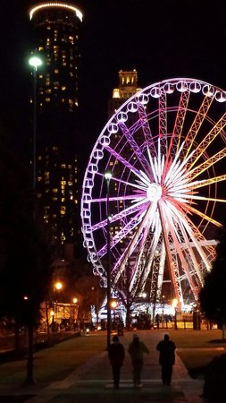 The Inn at Centennial Park: Outside view of the ferris wheel at night!