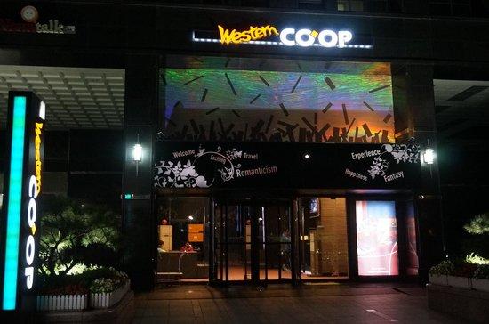 Western CO-OP Hotel & Residence: 飯店門口