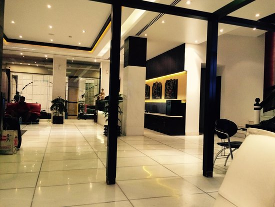 Hotel Godwin Deluxe: Lobby ... Tiles and marble