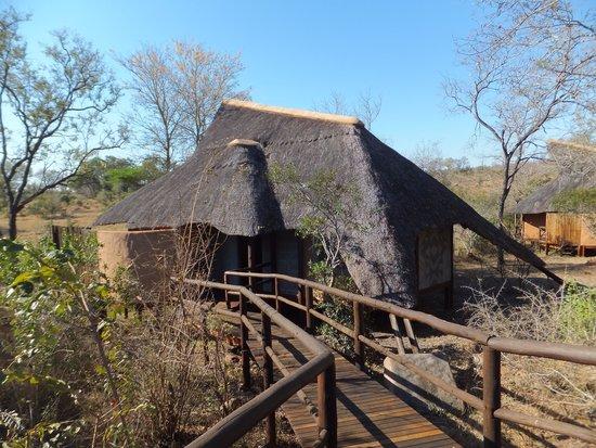 Lukimbi Safari Lodge: Thatched lodge