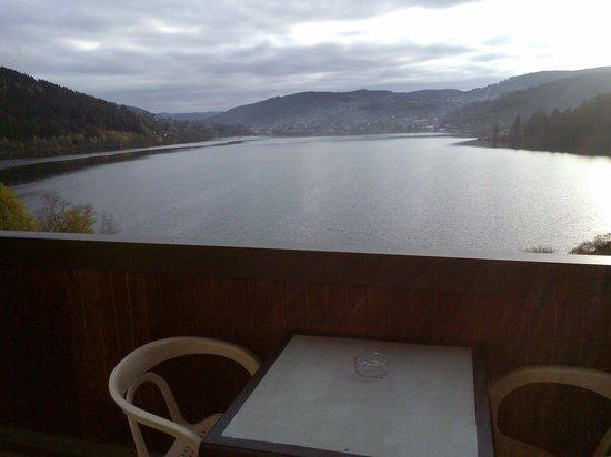 L'Auberge Au Bord du Lac : La vue de la chambre au matin à l'automne