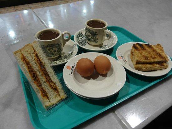 Lau Pa Sat Festival Pavilion: 朝食のセット(コーヒー、卵、カヤサンド)
