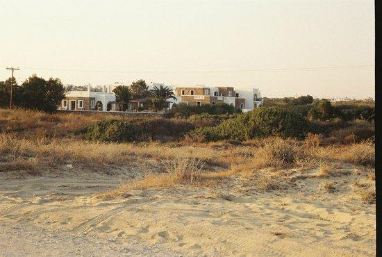Plaka Beach Hotel: l'hotel visto dalla strada