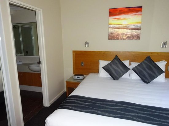 Assured Ascot Quays Apartment Hotel: downstairs bedroom and ensuite