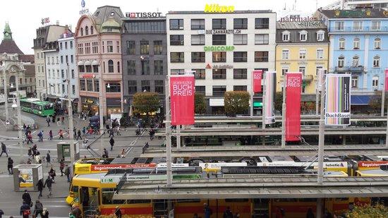 Hotel Schweizerhof Basel: Busy tram station