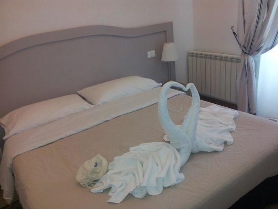 Biancoreroma B&B: cigni sul letto!!