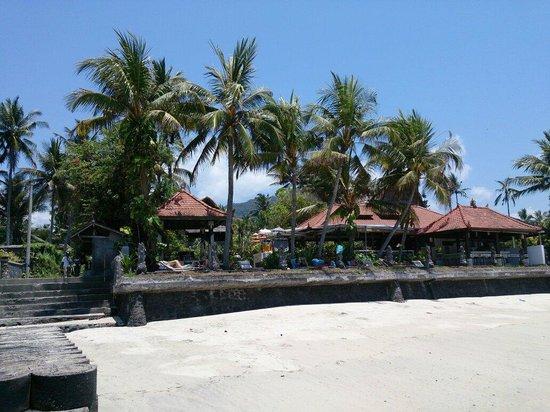 Anom Beach Inn Bungalows: Blick vom Strand.