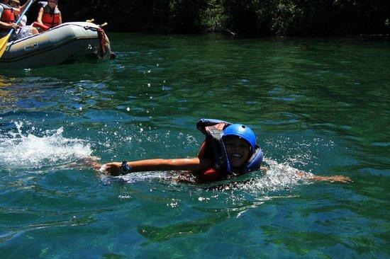 Aguas Blancas Rafting: mi hijo disfrutando de la parte en donde podian tirarse