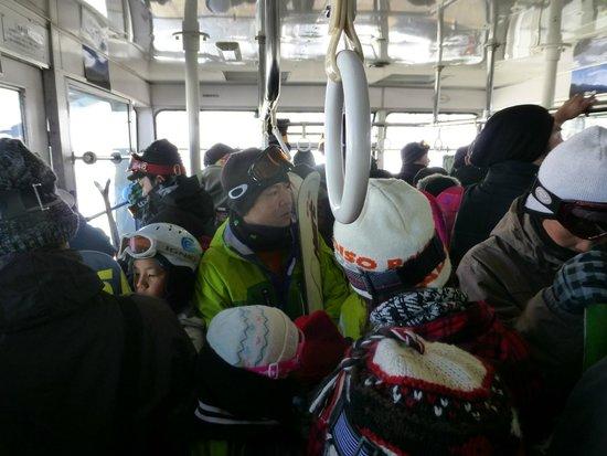 Kitayatsugatake Rope Way: 冬は登山客、スキーヤーで大混雑