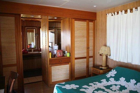 Vahaui Paradis : Blick vom Schlafzimmer in Richtung Badezimmer