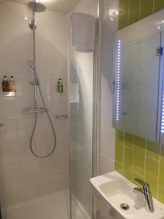 The Wellington Hotel: Bathroom with double head shower