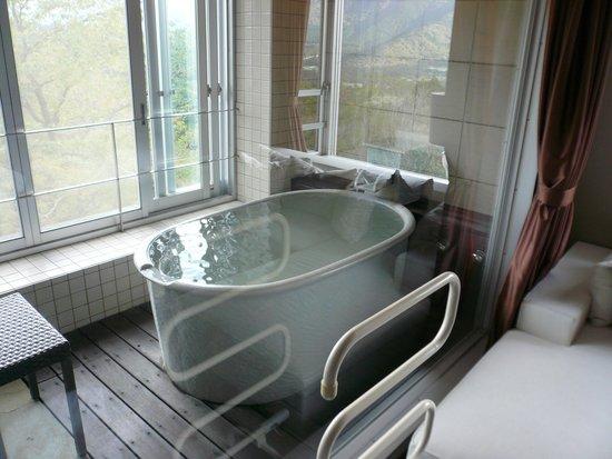 Fontane Bleau Sengokutei: 窓辺の陶器製風呂