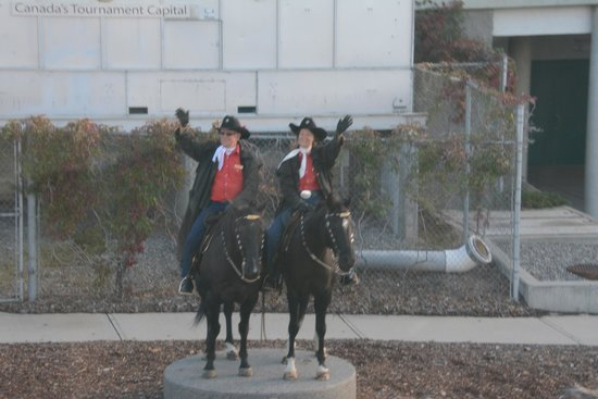 Coast Kamloops Hotel & Conference Centre: Mounted welcomers wave the Rocky Mountaineer into Kamloops