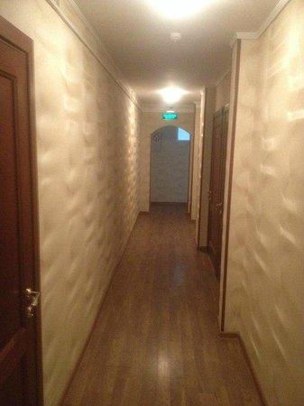 Загородная гостиница АнРи: коридор  на 3 этаже