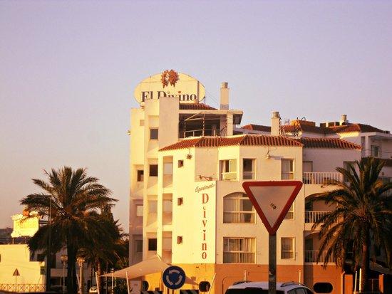 El Divino Apartments: Vista Hotel ritornando dal Porto
