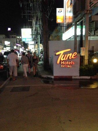 Red Planet Patong, Phuket: ป้ายที่เด่นหาง่าย