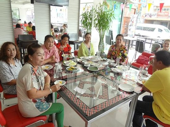 Patong Holiday: Happy guests having lunch