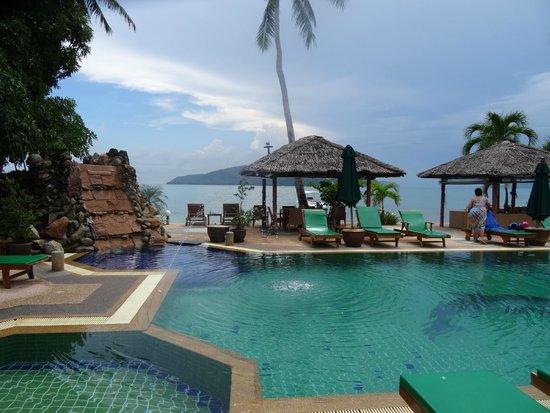 Friendship Beach Resort & Atmanjai Wellness Centre : Piscine et restaurant