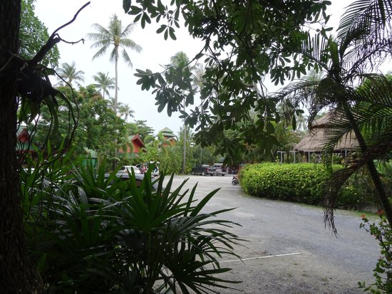 Friendship Beach Resort & Atmanjai Wellness Centre : Allée entre les chambres