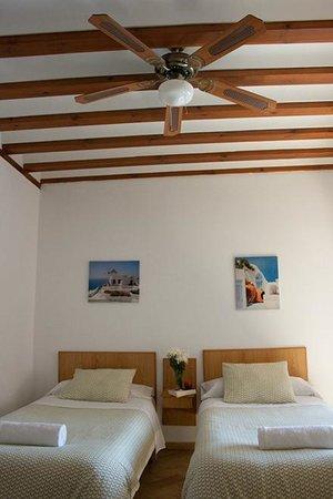 Hostel La Corredera: Habitación doble, techos con vigas de madera y ventiladores