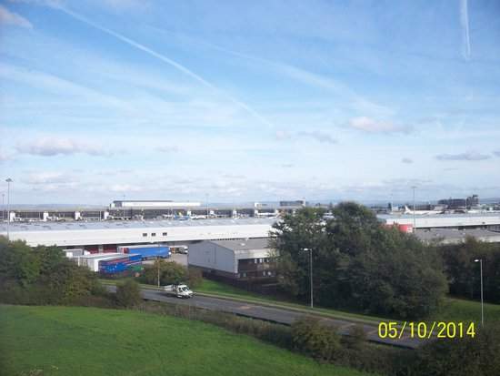 Premier Inn Manchester Airport (M56/J6) Runger Lane North : view of the airport