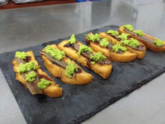 Esquivel, Espagne: Pan de mora agridulce, con anchoa del Cantábrico y pure de guisantes agripicante