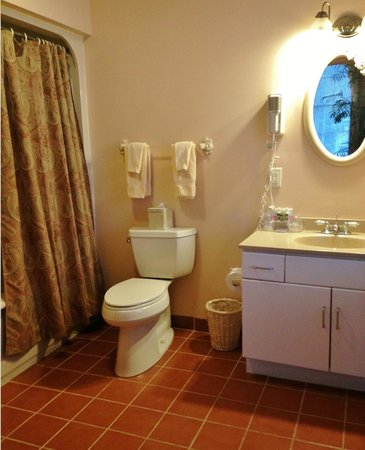Chambery Inn: Deluxe Suite bathroom