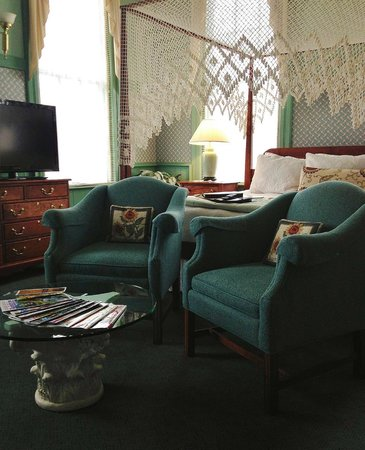Chambery Inn: Deluxe Suite seating area