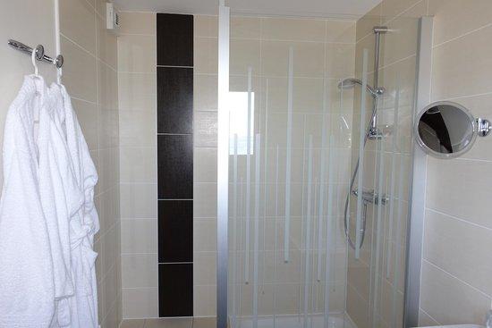 Hotel-Restaurant Bellevue : Salle de bain. Toilette à part !