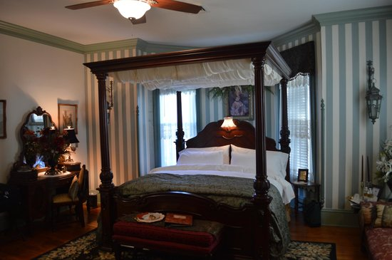 Hilltop Manor Bed and Breakfast: Room