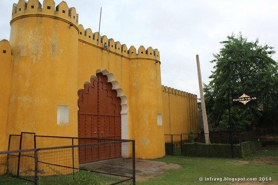Hudeel, India: Entrada a la finca.