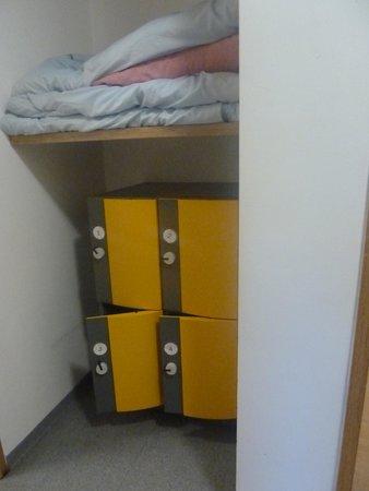Reykjavik City Hostel: Taquillas de la habitación