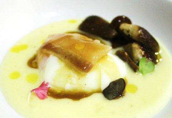 R38: Huevo a 65º con parmentier de patata trufado, hongos, tocino iberico y jugo de ternera
