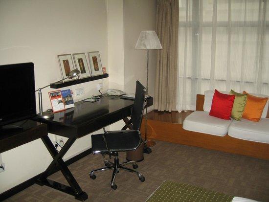 Holiday Inn Central Plaza: Desk etc