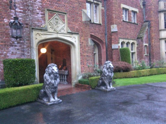 Thornewood Castle Inn and Gardens: the, rather intimidating, front door.